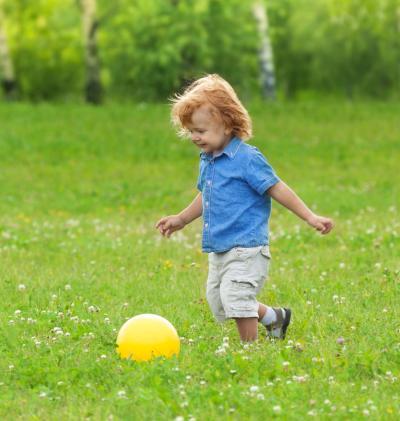 3 maneras divertidas, sencillas y creativas de mantener a los niños entretenidos con una pelota