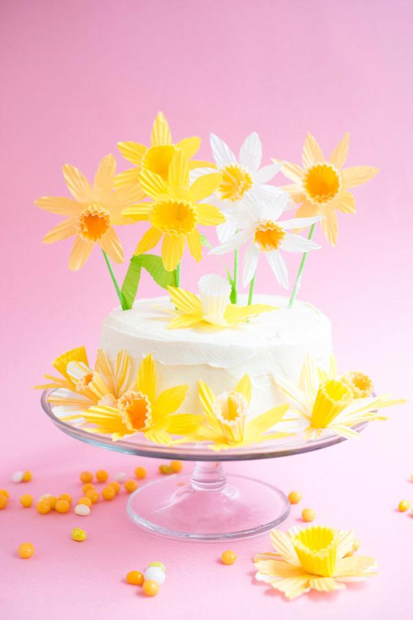 DIY una hermosa torta decorada con flores amarillas