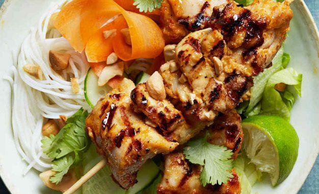Prepara estos kebabs de pollo